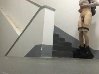 伪娘伪街办公室一楼楼梯拐角女装露出